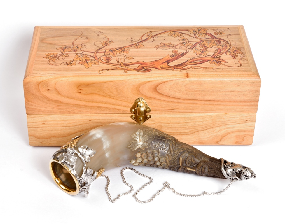 Рог для вина из серебра и кости